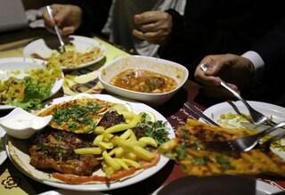 Pranzano seduti ai tavoli in un albergo, ma non sono clienti: 10 persone multate a Salò