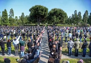 Milano, saluto romano al Monumentale, sentenza ribaltata: in 11 condannati per apologia di fascismo