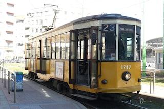 Milano, tram e bus bloccati dai parcheggi selvaggi: nel 2018 cinque casi al giorno