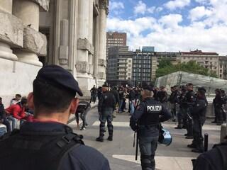 Milano, coppia di anziani aggredita e rapinata in Stazione Centrale: arrestato 18enne