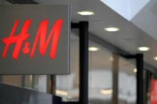 """Negozi H&M chiusi a Milano, dipendenti trasferiti fuori provincia: """"Vogliono metterli in difficoltà"""""""