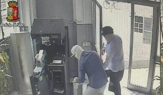 Rapina a mano armate alle Poste a Milano: clienti e dipendenti minacciati con le pistole
