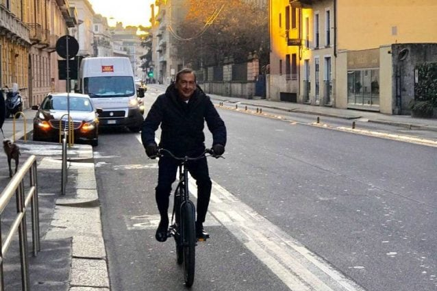 Il sindaco Beppe Sala in bici