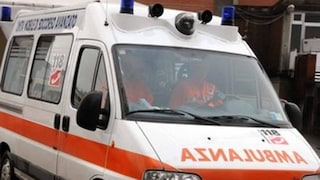 Cade e la gamba di una sedia gli trafigge la carotide: disabile morto in un tragico incidente