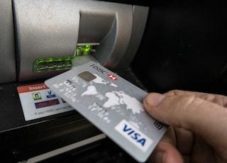 Milano, manomette un bancomat in stazione Centrale per clonare carte di credito: arrestato