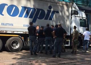 Incidente tra camion nel centro di Milano, uomo di 52 anni ricoverato per trauma cranico