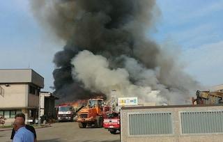 """Incendio in un'azienda di rifiuti speciali a Mortara. Il prefetto: """"Rischio diossina"""""""