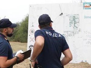 Agenti di polizia in un parco (Immagine di repertorio)