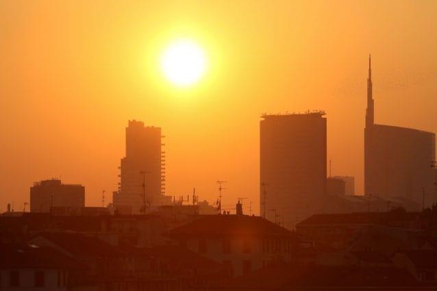 Tramonto con smog a Milano (LaPresse)