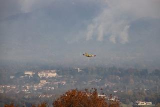 """Incendi, la Lombardia chiede lo stato di emergenza. Maroni: """"Forte timore che siano dolosi"""""""