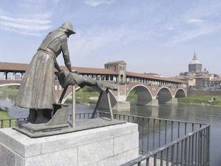 Pavia, stretta sulle misure anti covid: vietato sostare sul Ponte Coperto e sui gradini del Duomo