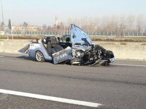La vettura distrutta (foto Sos Emergenza via Facebook)