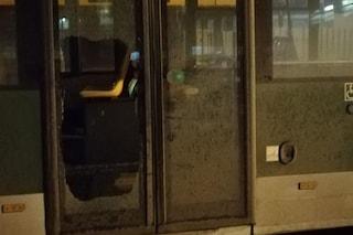 Isorella, distrugge l'autobus a badilate e poi si scaglia contro i carabinieri: arrestato 23enne