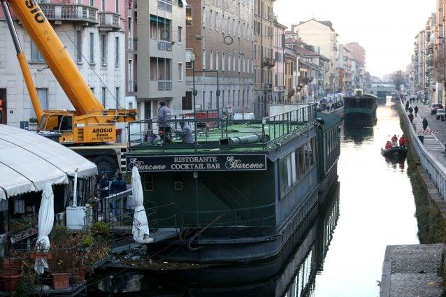 La rimozione dei barconi sul Naviglio pavese di Milano (LaPresse)