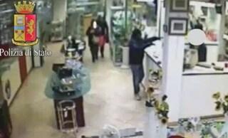 Milano, rapinatori in giacca e cravatta svaligiano gioielleria: portati via orologi di valore