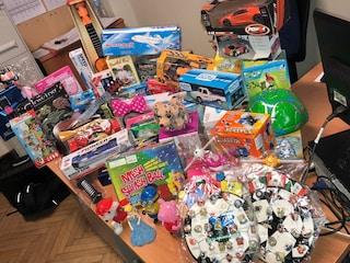 Olgiate Comasco, contenevano sostanze chimiche pericolose: maxi sequestro di giocattoli e ceramiche