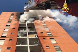 Incendio a Milano, scoppia un rogo nella cucina di un appartamento: un ferito e asilo evacuato