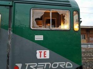 Il finestrino di un treno Trenord distrutto da un sasso