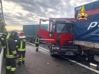 Incidente sull'Autostrada A1 vicino Milano per un furgone contromano: 4 feriti e caos traffico