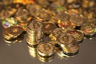 Fingono di vendergli bitcoin e lo rapinano a calci e pugni: arrestata la mente del colpo, un 17enne