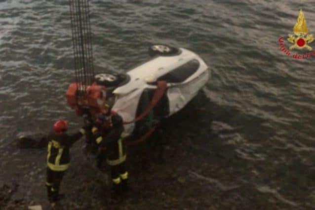 L'auto finita nel lago di Como a Lecco (Vigili del fuoco)