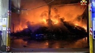 Cambiago, incendio nella notte in una ditta che smaltisce rifiuti industriali