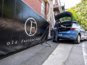 La polizia davanti ai cancelli della discoteca Old Fashion di Milano (LaPresse)