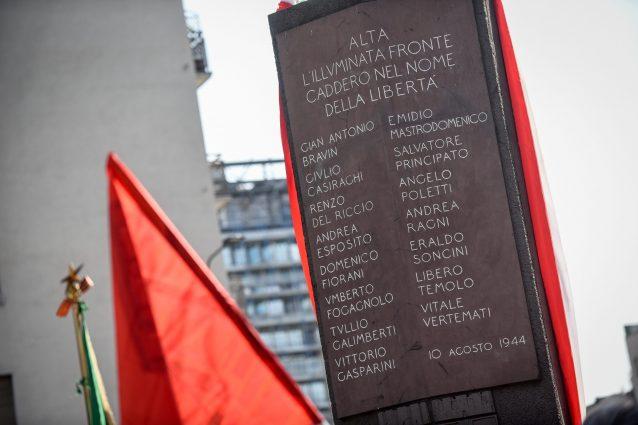 La stele che ricorda i nomi dei martiri di piazzale Loreto (LaPresse)