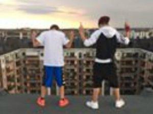 Andrea Barone e un suo amico sul tetto di un palazzo (Foto da Instagram)