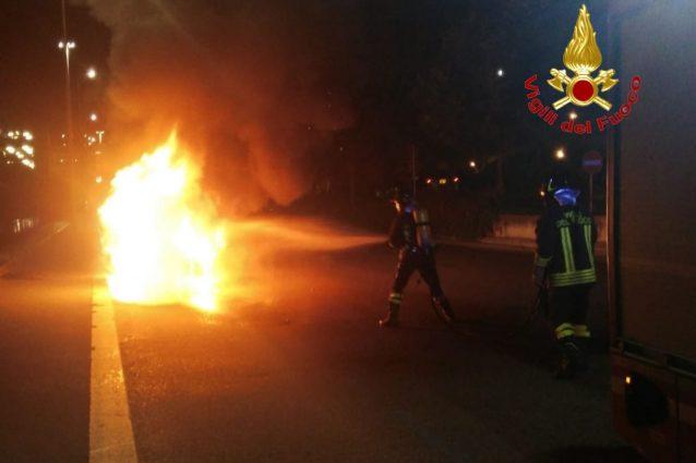 L'auto in fiamme a Milano