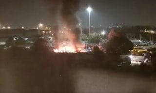Milano, a fuoco il campo rom di via Bonfadini: notte in una palestra per diverse famiglie evacuate