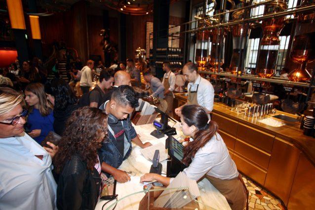Clienti nella prima caffetteria Starbucks, aperta oggi (LaPresse)