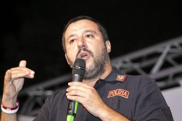 Matteo Salvini con la divisa da poliziotto