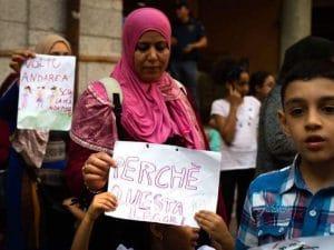 La protesta delle famiglie straniere a Lodi (foto del Coordinamento uguali doveri via Facebook)