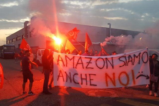 Manifestazione davanti a un centro logistico di Amazon in Lombardia (foto di Fabio Galesi via Facebook)