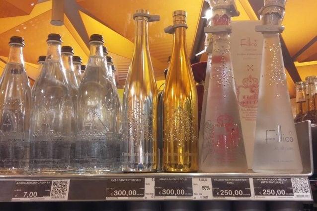 Alcune delle bottiglie d'acqua più costose in vendita alla Rinascente di Milano (Foto Fanpage.it)