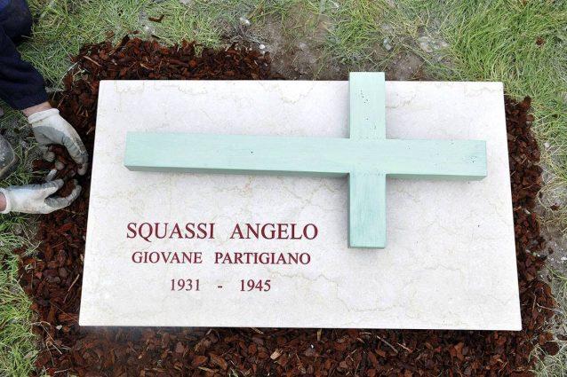 La croce dedicata al partigiano Angelo Squassi, rubata vicino alla stazione Centrale di Milano (Facebook: Anpi Milano)