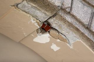 Brescia, crollano intonaco e calcinacci dal soffitto di due scuole: illesi gli studenti