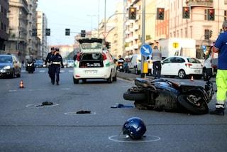 Milano, anziano di 92 anni alla guida del motorino si scontra con un'auto: è in gravi condizioni