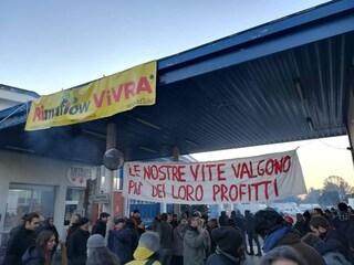 Trezzano sul Naviglio, presidio dei lavoratori all'ex fabbrica RiMaflow: sfratto rinviato di 6 mesi