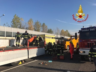 Brugherio, grave incidente sull'autostrada A4 tra tre mezzi pesanti: morto un ragazzo di 29 anni