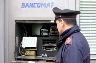 Milano, svuotano un bancomat dopo aver manomesso le telecamere: bottino di oltre 38mila euro