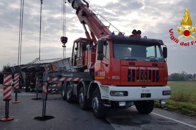 Il camion ribaltato (Foto dei Vigili del fuoco via Twitter)