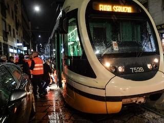 Milano, tram deraglia per una marmitta sui binari: paura ma nessun ferito