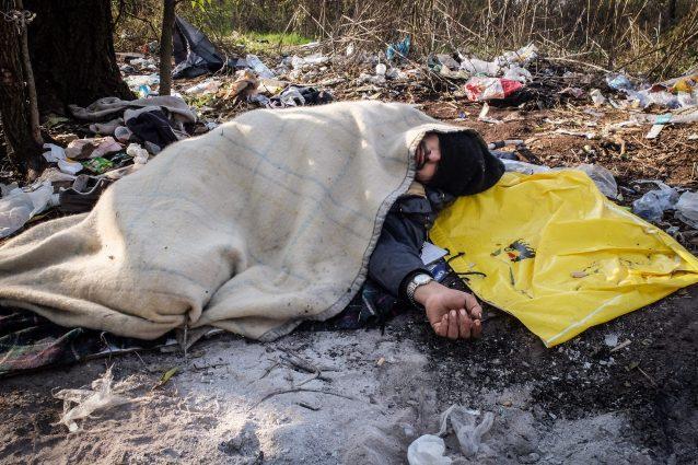 Uno dei tossicodipendenti che frequentano il boschetto della droga di Rogoredo (Foto LaPresse)
