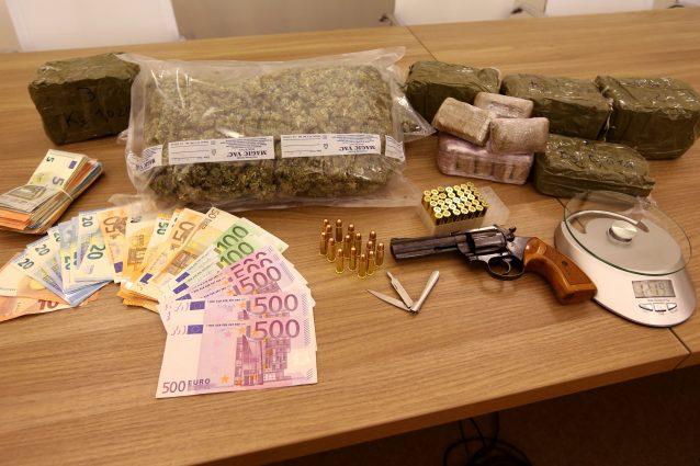 I contanti, le armi, i proiettili e la droga sequestrati agli spacciatori