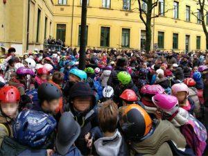 """La protesta dei bambini muniti di casco alla scuola """"Stoppani"""" di Milano"""
