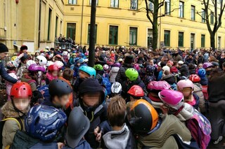 Milano, bimbi in classe col casco: la protesta in una scuola elementare dopo il crollo in un'aula