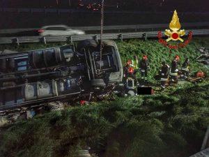 Il camion ribaltato sulla Tangenziale Ovest di Milano