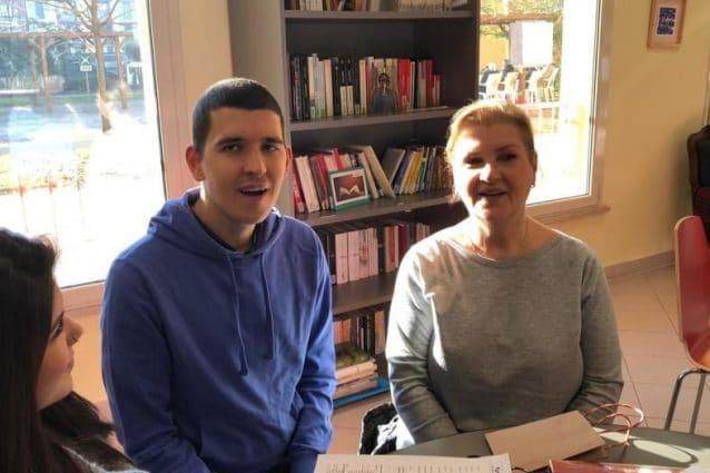 Arian, il ragazzo autistico che era scomparso tre anni fa da Vienna, con la madre e la sorella (Foto dal Kurier)